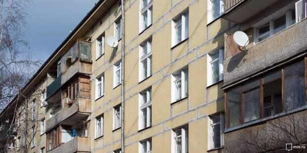 Болтающийся козырек демонтировали с балкона дома на Дежнёва — управа
