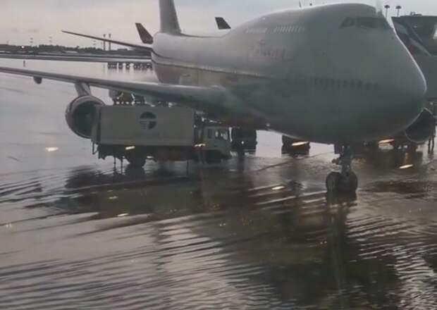 Несколько полос затопило в аэропорту Шереметьево после ливня