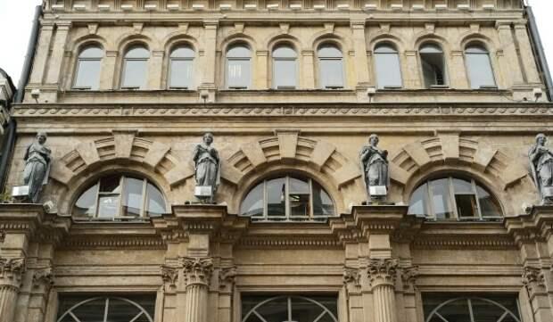 Завершена реставрация четырех скульптур на фасаде бывшей аптеки Феррейна