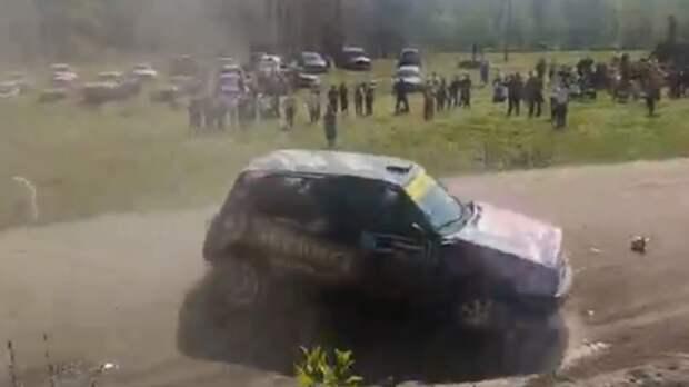 Участник ралли из Карелии чуть не протаранил толпу на заезде в Ленобласти