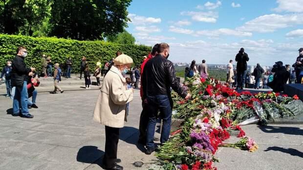 Власти Украины возложили цветы к памятнику советскому военачальнику в Киеве