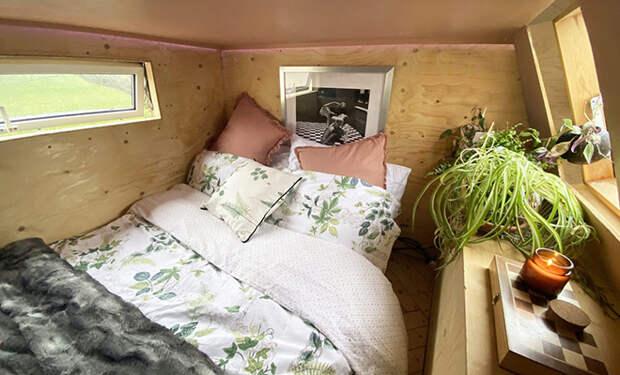 Подруги купили фургон для лошади и за год превратили его в дом мечты, уместившись на 12 метрах