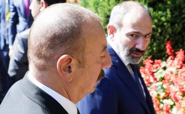 На фото: президент Азербайджана Ильхам Алиев и премьер-министр Армении Никол Пашинян (слева направо)