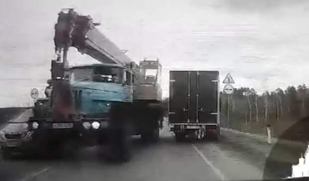 На трассе Тюмень - Тобольск автокран Урал вылетел на полосу встречного движения