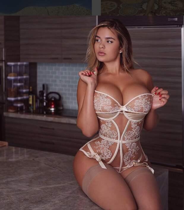 «Русская Кардашьян» Анастасия Квитко обнажила свою огромную грудь