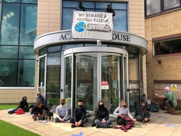 «Вакцинный национализм»: вКембридже активисты заблокировали вход вофис Astra Zeneca