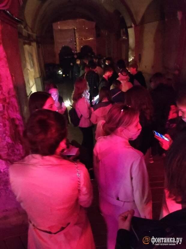 «Третьему месту» выключили музыку. На Литейном в Петербурге танцы на песке прервала полиция