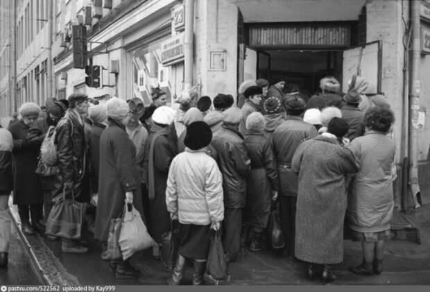 Люди стоят в часовой очереди за дефицитным товаром. Москва 1900 год.