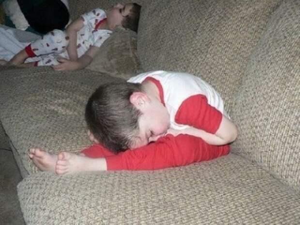 Детишки, которые заснули в смешных позах