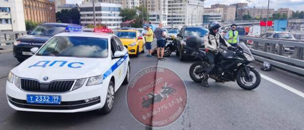 Мотоциклисты обрушились на машины на Хорошевской эстакаде
