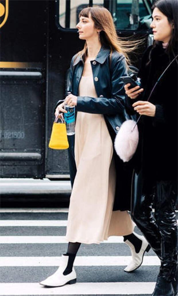 Белые челси с платьем-макси и кожаной курткой