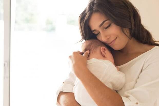 девушка прижимает к себе малыша