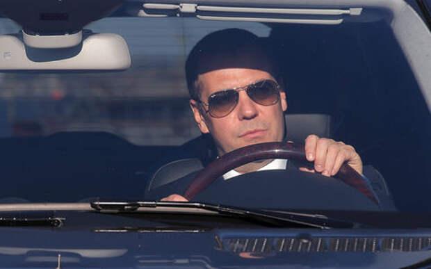Штраф за превышение скорости на 10–20 км/ч все-таки введут? Медведев изучает вопрос