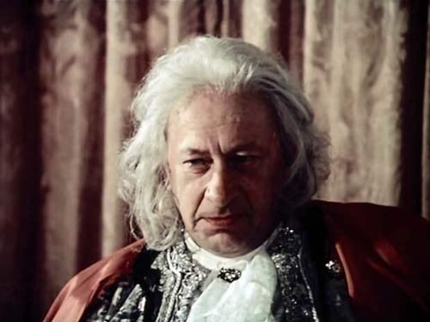 Евгений Евстигнеев в фильме внешне очень похож на Бестужева – и мастерски передал его характер