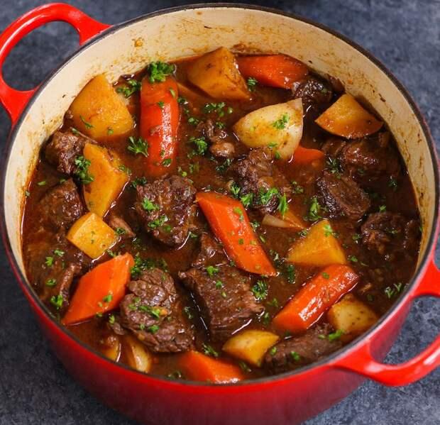 Тушим мясо на обычной плите так, что потом его даже не нужно резать, а можно разделять руками
