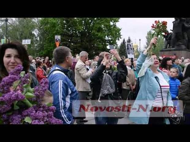В Николаеве 9 мая в небе кружили журавли под песню, посвященную душам павших воинов (видео)