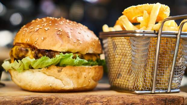Диетолог оценил безопасную норму нездоровой еды в рационе