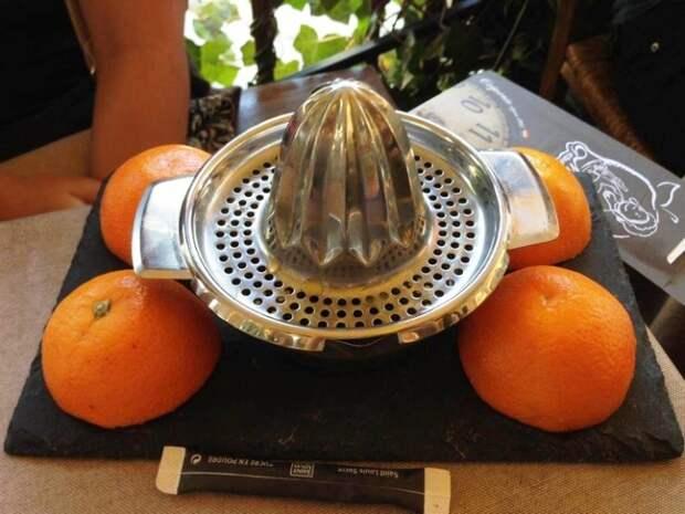 Чтобы у клиента не возникало сомнений о натуральности фреша, ему предлагают самому выжать сок.   Фото: news.myseldon.com.