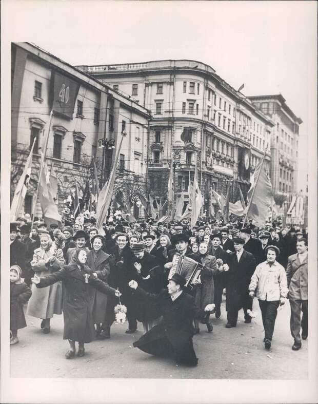 1957. Москва. Горожане на демонстрации в честь годовщины Октябрьской революции