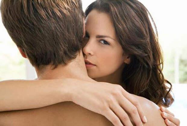 девушка обнимает парня за плечи
