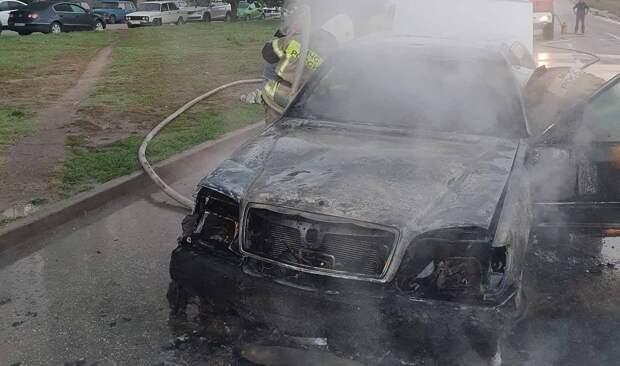Огонь полностью уничтожил «Мерседес» в Симферополе