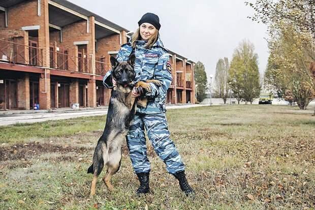 Инспектор кинологического центра ГУ МВД России по Самарской области Анастасия Павлова и ее питомец
