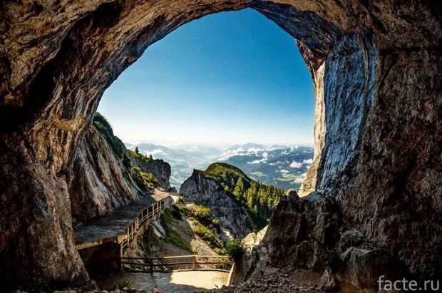 Айсризенвельт — ледяная пещера в Австрии