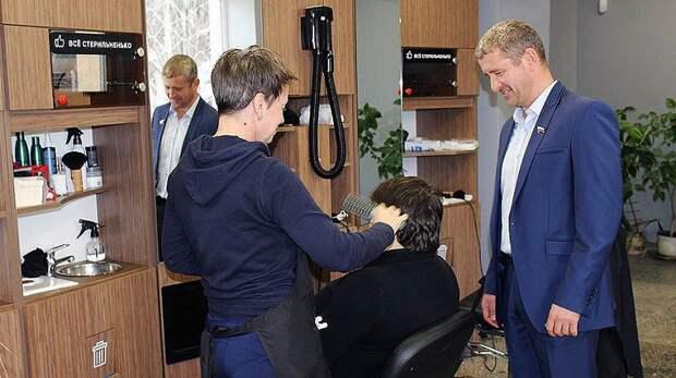 В Орлином начинает работу социальный парикмахер. «Доброволец» приглашает на бесплатные стрижки