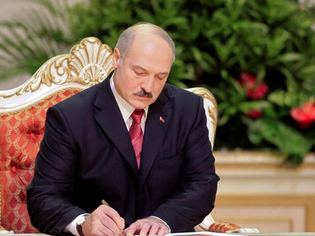 """""""Готовит трюк"""": политолог озвучил версию, зачем Лукашенко принял декрет о передаче власти в случае его убийства"""