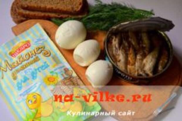 Закуска на чесночных гренках со шпротами