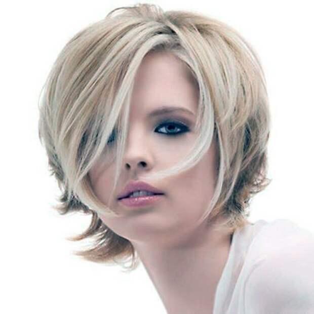 блондинка с прической каскад