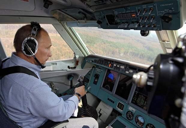 Российский Президент в кабине самолета, участвующего в тушении пожара в Рязани, 10 августа 2010 года.