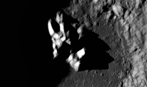 В лунном кратере обнаружили объект искусственного происхождения