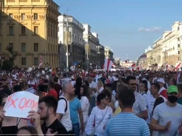 Протестующие в Минске потребовали посадить Лукашенко в автозак