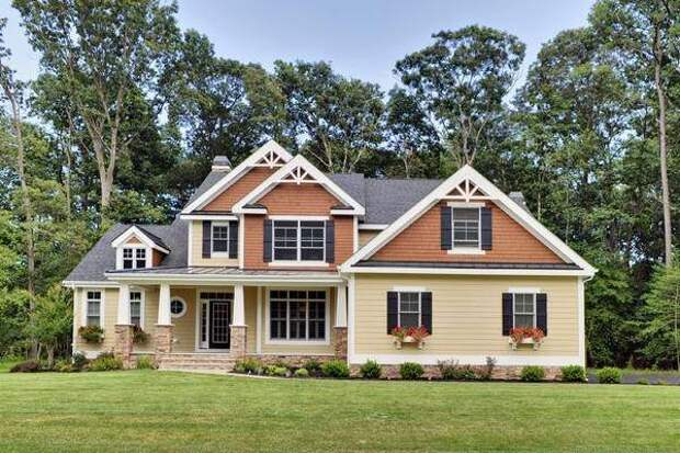 Необычное сочетание цветов фасада дома и крыши на фото