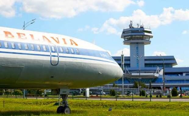 Евросоюз постановил запретить белорусским авиакомпаниям совершать рейсы в аэропорты ЕС и рекомендовал своим перевозчикам отказаться от использования воздушного пространства Беларуси.