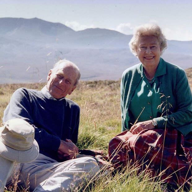Королева Елизавета II показала редкое фото с мужем в день его похорон