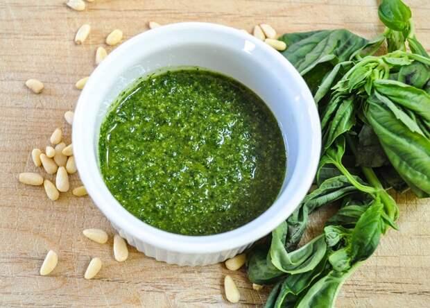 Основные ингредиенты песто - зелень, оливковое масло, орехи. / Фото: justsovet.ru
