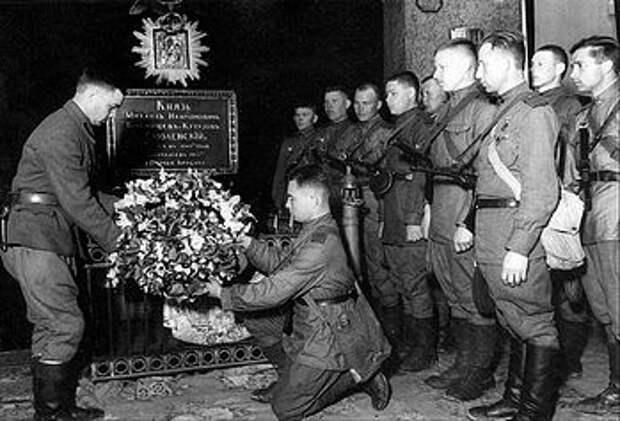 Загрузить увеличенное изображение. 600 x 407 px. Размер файла 129942 b.  Возложение цветов на могилу М. И. Кутузова. 1943 г.
