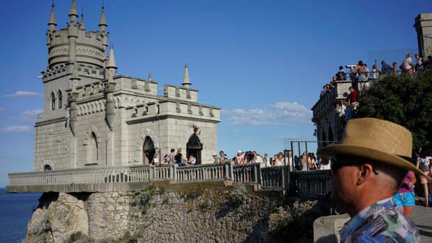 Первые туристы из Поднебесной прилетели в Крым