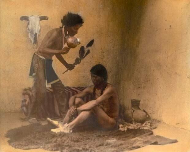 Знахарь с пациентом. Таос-Пуэбло, Нью-Мексико, 1905 год.