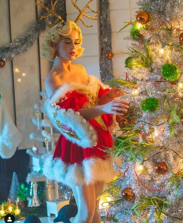 Как знаменитости отметили Рождество? Их образы, елки и поздравительные открытки