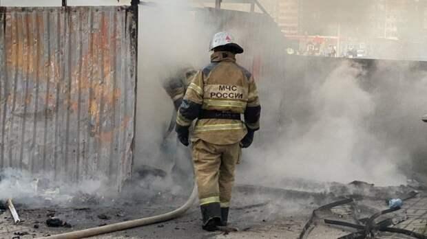 Сильный пожар уничтожил 25 строений в Омской области
