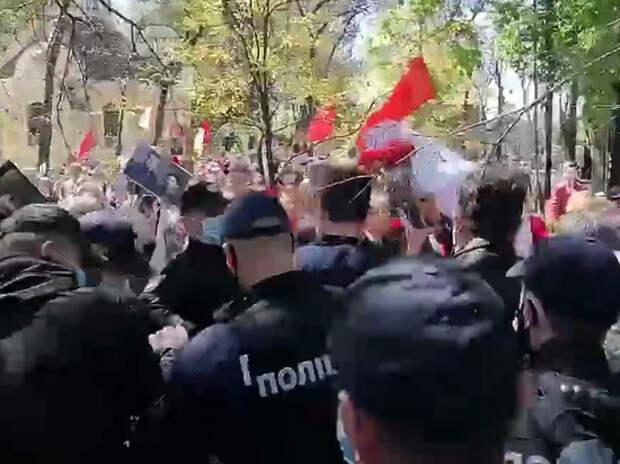 В Одессе националисты напали на женщину с георгиевской лентой