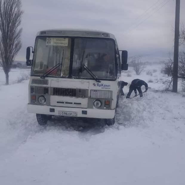 В Крыму автобус с пассажирами попал в снежный плен
