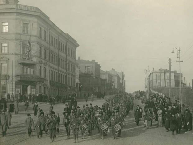 По Алеутской идут англичане, впереди - военный оркестр. На здании слева - британский флаг.