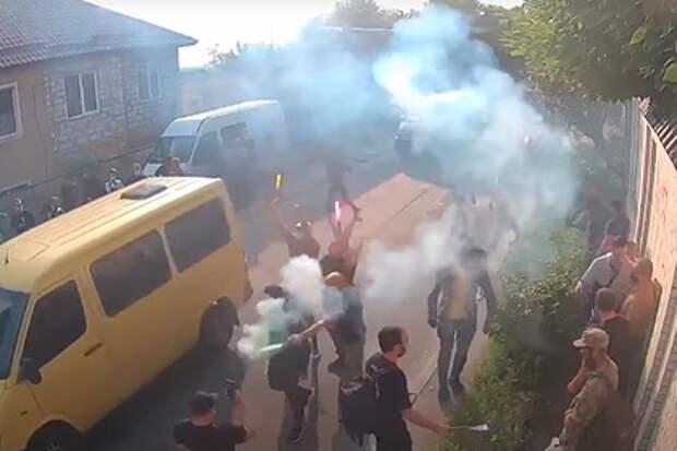 Радикально настроенные украинские активисты напали на дом Виктора Медведчука