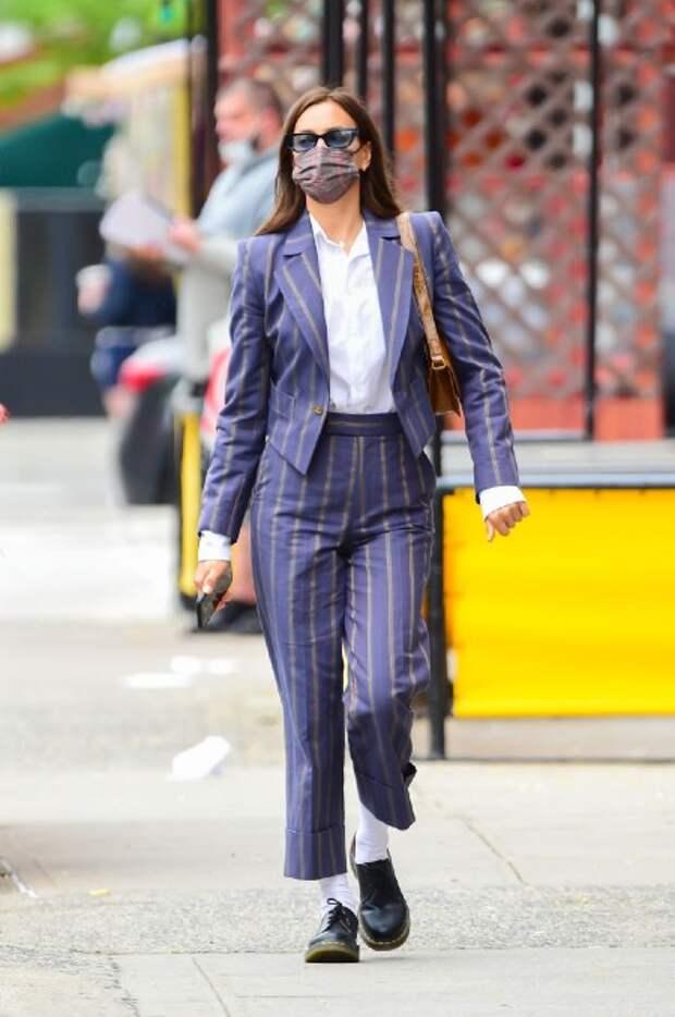 Леопардовый принт для дочки, модная полоска для мамы: Ирина Шейк и Лея Купер на прогулке в Нью-Йорке