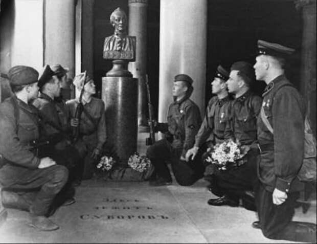1941 г.Бойцы принимают присягу у могилы А.В. Суворова в Благовещенской усыпальнице Александро-Невской лавры