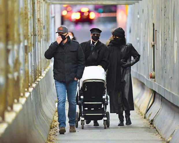 Узнай меня, если сможешь: Джиджи Хадид впервые замечена на прогулке с новорожденной дочерью